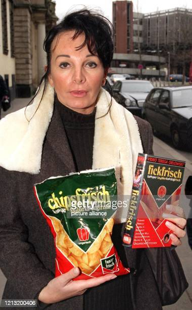 Pornoproduzentin Teresa Orlowski zeigt eine Tüte chipsfrisch und eines ihrer Pornovideo mit dem Titel fickfrisch am 2111999 vor dem Amtsgericht in...