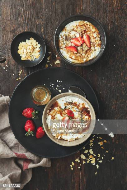 Porridge with strawberries and almond