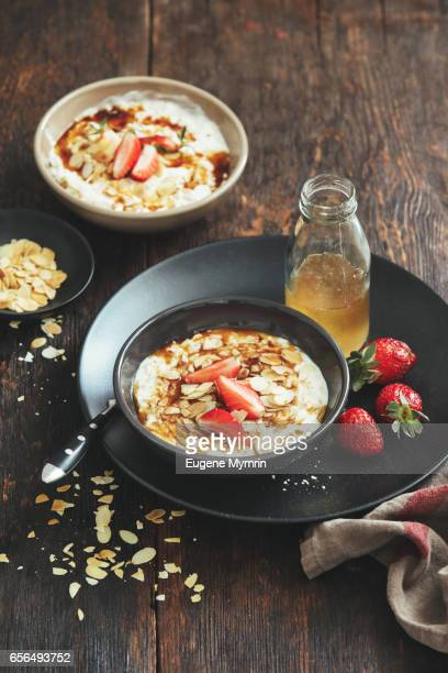 Porridge with strawberries and almond