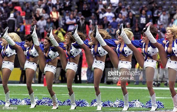 Porristas de los Dallas Cowboys bailan antes del inicio del partido del American Bowl contra Oakland Raiders en el estadio Azteca en Ciudad de Mexico...