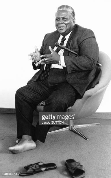 Porrtrait de Joshua Nkomo en costume et les pieds nus le 8 février 1980 à Salisbury Rhodésie