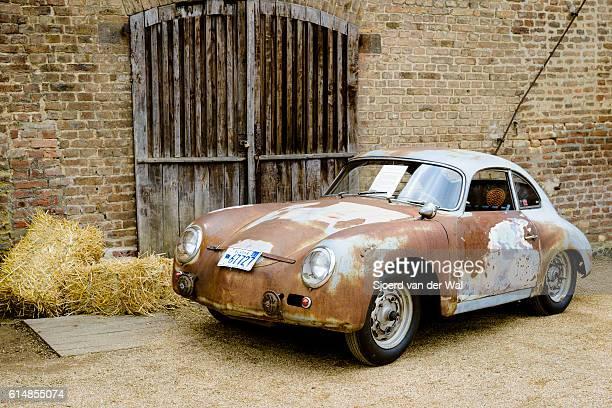 porsche 356 classic car barn find - sjoerd van der wal or sjo stockfoto's en -beelden