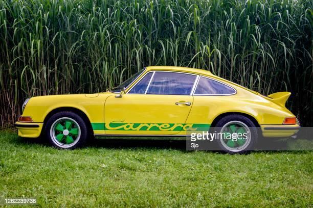 porsche 911 carrera rs klassiker der 1970er jahre sportwagen - porsche 911 stock-fotos und bilder