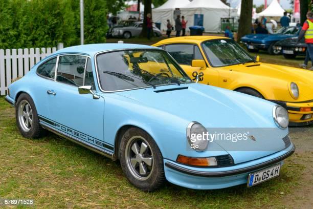 porsche 911 t oldtimer sportwagen-klassiker vorne - porsche 911 stock-fotos und bilder