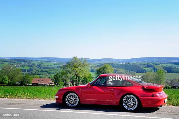 Porsche 911 Turbo Sport Auto in einer Landschaft mit hills