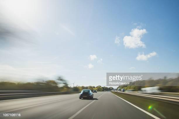 porsche 911 turbo sportwagen auf autobahn im vereinigten königreich - porsche stock-fotos und bilder
