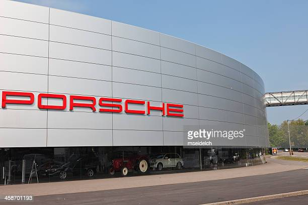 porsche-zentrum (center) autohandlung, zuffenhausen (stuttgart), deutschland - porsche stock-fotos und bilder