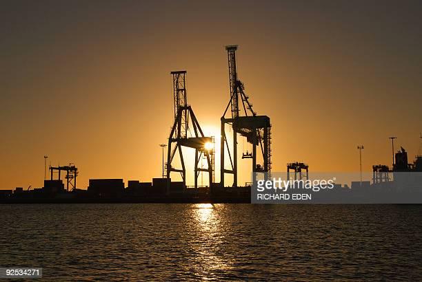 port cranes against sunset - フリーマントル ストックフォトと画像