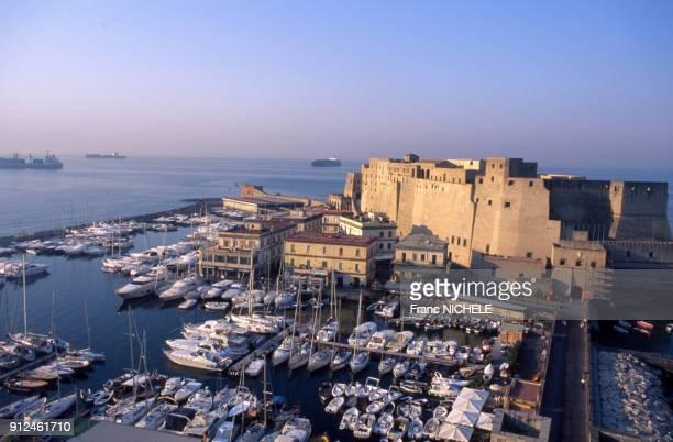 Port de plaisance devant le Castel dell'Ovo a Naples Italie