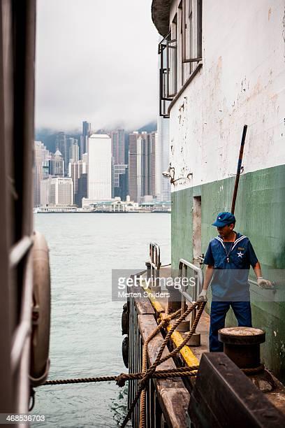 port employee docking star ferry - merten snijders stockfoto's en -beelden