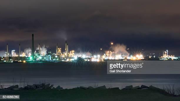 port huron refineries (night image) - ポートヒューロン ストックフォトと画像