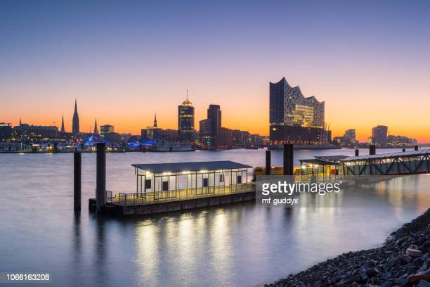 port of hamburg in the morning hamburg skyline - amburgo foto e immagini stock