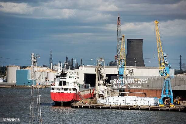 port of hull in kingston upon hull of england - kingston upon hull stock pictures, royalty-free photos & images