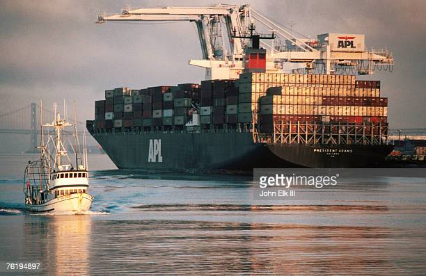 port of oakland, container ship at dock, oakland, california, united states of america, north america - paysage marin photos et images de collection