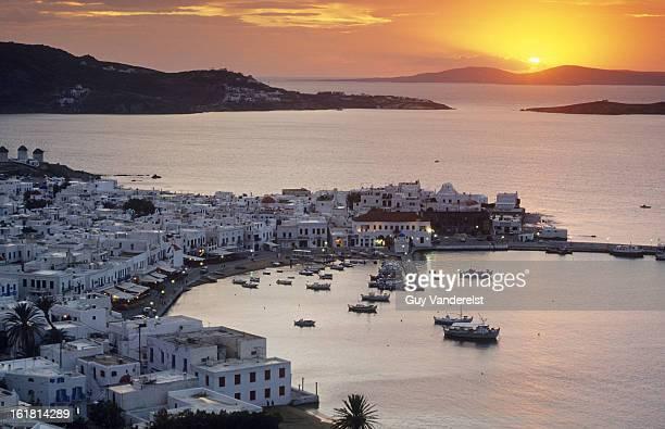 port of the island of mykonos in the aegean sea - ver a hora stockfoto's en -beelden