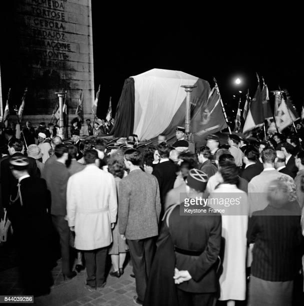 Porté par quatre légionnaires le cercueil contenant les cendres du Maréchal Lyautey est transporté vers l'automitrailleuse blindée qui le...