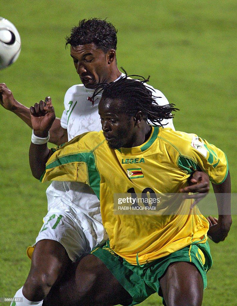 Zimbabwe's Kaondera Shingayi (R) vies wi : News Photo