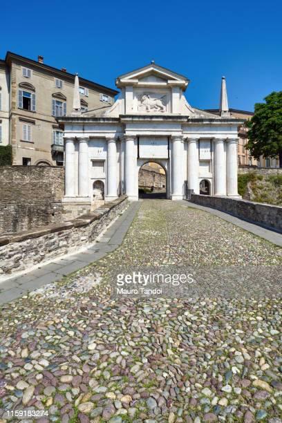 porta san giacomo (saint james door), bergamo, italy - mauro tandoi fotografías e imágenes de stock