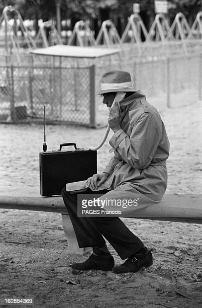 Portable Desks Le 5 octobre 1983 des attachéscase multifonction grâce à la microélectronique un homme habillé en détective assis sur un banc avec un...