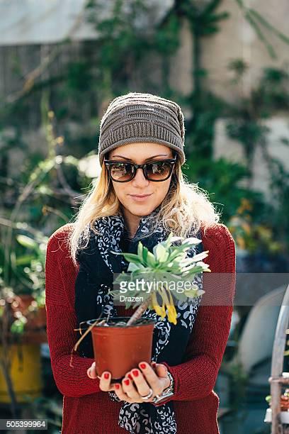 Portait des beauiful femme avec des fleurs dans le jardin sur le toit