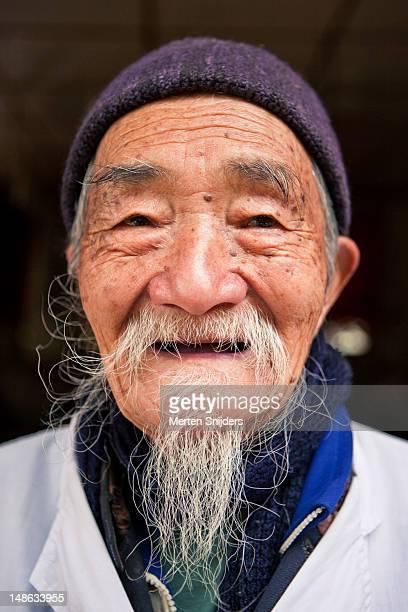 portait of chinese man. - merten snijders stockfoto's en -beelden