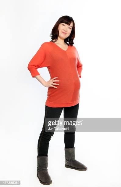 portait of japanese pregnant woman - pantalón naranja fotografías e imágenes de stock