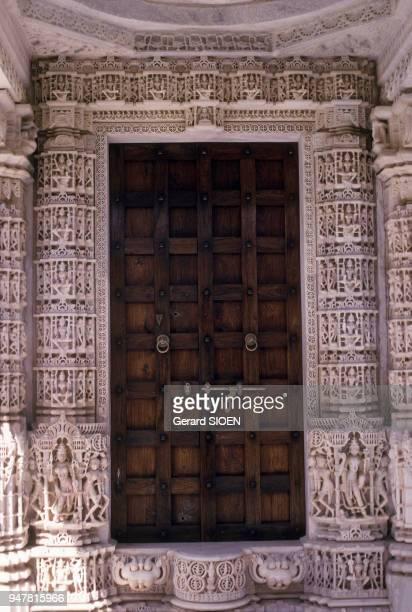 Porte du temple jaïn de Dilwara sur le mont Abu dans le Rajasthan en Inde