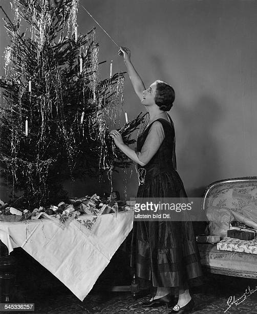 Porten Henny Actress Germany *07011890 ignites the candles at the christmas tree 1927 Photographer Alexander Schmoll Vintage property of ullstein bild