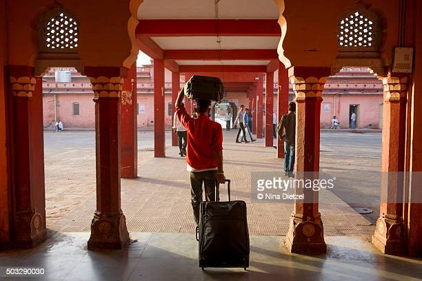 porter, carrying luggage at train station - 職業 ポーター ストックフォトと画像