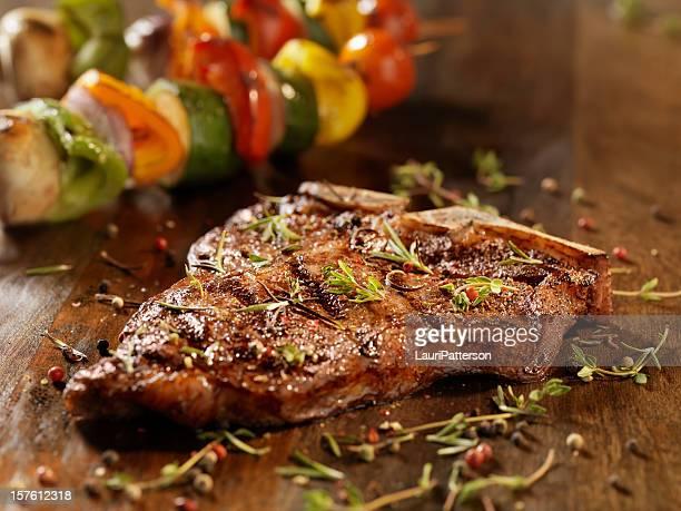 bistecca porterhouse con erbe aromatiche fresche - bistecca alla fiorentina foto e immagini stock