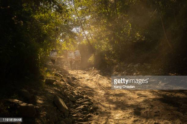 porters carrying loads in annapurna circuit trek, nepal - annapurna south stock pictures, royalty-free photos & images