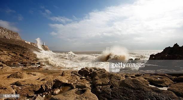 porthcawl lighthouse wellen schlugen in - porthcawl stock-fotos und bilder
