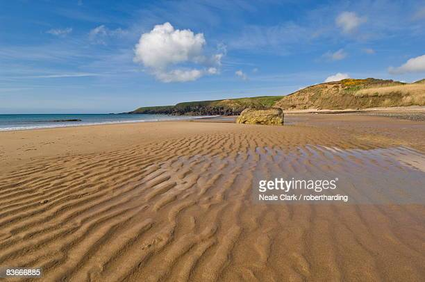 porthor (porth oer) beach, where the sand whistles due to the unique shape of the grains, llyn peninsula, gwynedd, north wales, wales, united kingdom, europe - gwynedd stock photos and pictures