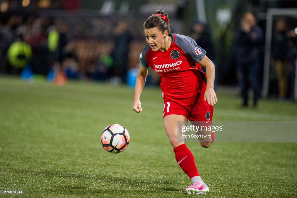 Portland Thorns midfielder Hayley Raso looks for a cross during the 2-2 tie between Portland Thorns match and the Seattle Reign on May 6, 2017, at Providence Park, Portland, Oregon (Photo by Diego Diaz/Icon Sportswire via Getty Images).