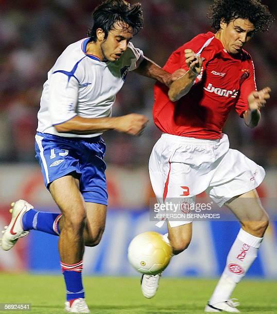 Jorge Martinez de Nacional de Uruguay disputa la pelota con Fabian Bolivar del equipo brasileno Internacional durante el partido valido por la Copa...