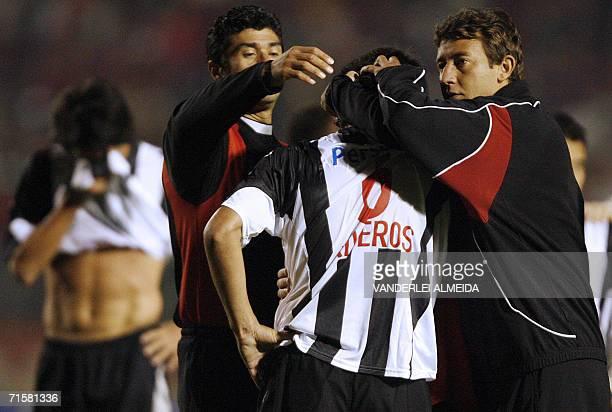 Jugadores de Libertad de Paraguay reconfortan a Cristian Riveros despues de la derrota por 20 ante Internacional de Brasil del partido de vuelta de...