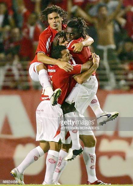 Jugadores del equipo brasileno Internacional festejan el gol de Fernandao el segundo a Nacional de Uruguay en partido por Copa Libertadores jugado en...