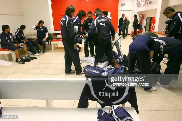 Jugadores del Pachuca de Mexico se preparan en el vestuario del estadio Beira Rio de Porto Alegre para una practica el 06 de junio de 2007 antes de...
