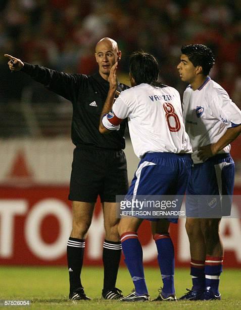 Marco Vanzini capitan de Nacional le protesta al arbitro paraguayo Carlos Torres la anulacion por segunda vez de un gol de su equipo a Internacional...