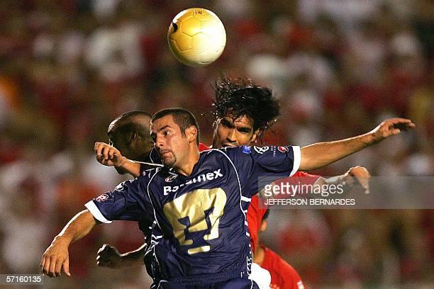 Raul Alberto Salinas Pumas de Mexico disputa el balon con Fernando da Costa del brasileno Internacional en partido por Copa Libertadores de America...