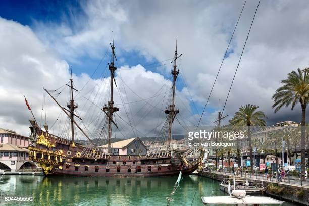porto antico (old harbour) with replica of an historic pirate ship in genoa, italy - génova fotografías e imágenes de stock