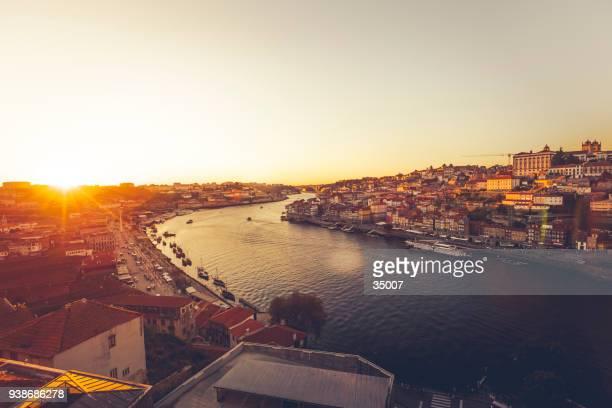 paisaje urbano de porto al atardecer, portugal - porto fotografías e imágenes de stock