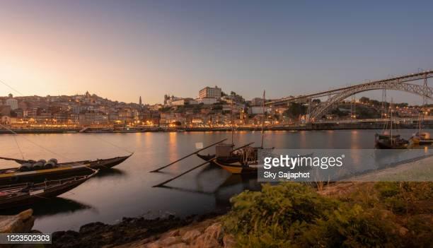 porto cityscape in sunset with river on the front and wine carrier ship in  foreground and city of porto in background, portugal - oporto portogallo foto e immagini stock