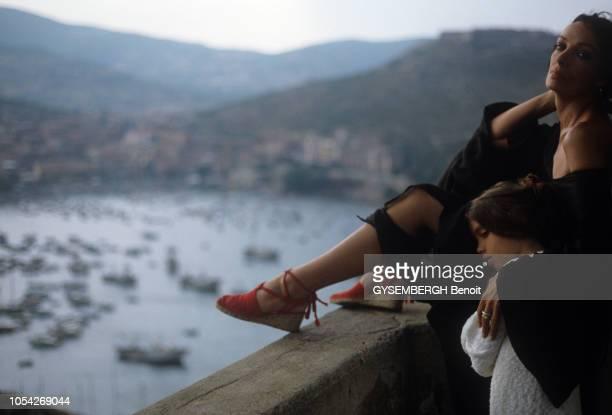 Porto Ercole Italie Août 1982 La chanteuse et actrice Marie LAFORET en vacances en Toscane avec ses deux plus jeunes enfants sa fille Deborah et son...