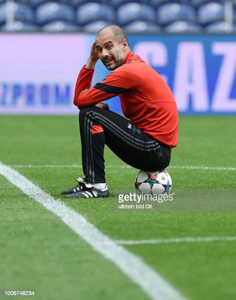Porto FC Bayern Muenchen Abschlusstraining FC Bayern Muenchen im Stadion Dragao Trainer Pep Guardiola sitzt nachdenklich auf dem Ball