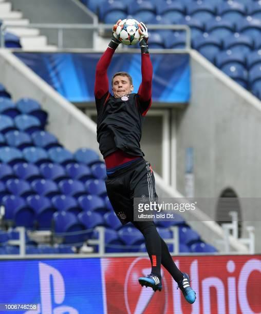Porto FC Bayern Muenchen Abschlusstraining FC Bayern Muenchen im Stadion Dragao Torwart Manuel Neuer mit Ball