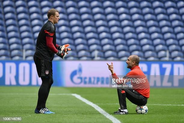 Porto FC Bayern Muenchen Abschlusstraining FC Bayern Muenchen im Stadion Dragao Trainer Pep Guardiola im Gespraech mit Torwart Manuel Neuer