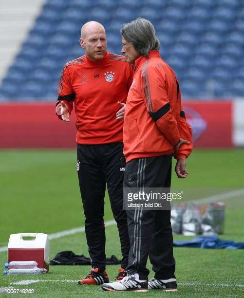 Porto FC Bayern Muenchen Abschlusstraining FC Bayern Muenchen im Stadion Dragao Sportvorstand Matthias Sammer im Gespraech mit Mannschaftsarzt...