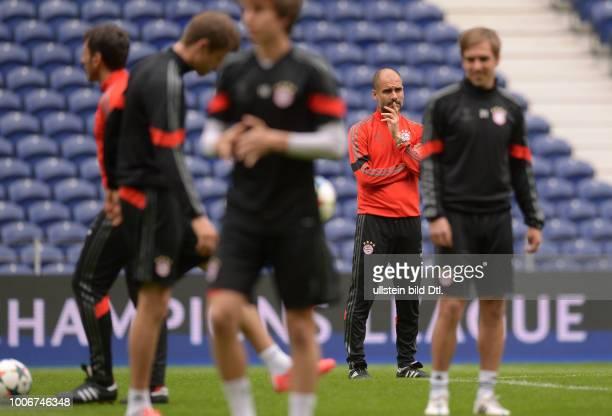 Porto FC Bayern Muenchen Abschlusstraining FC Bayern Muenchen im Stadion Dragao Trainer Pep Guardiola nachdenklich
