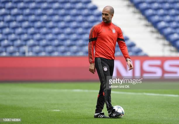 Porto FC Bayern Muenchen Abschlusstraining FC Bayern Muenchen im Stadion Dragao Trainer Pep Guardiola mit Ball